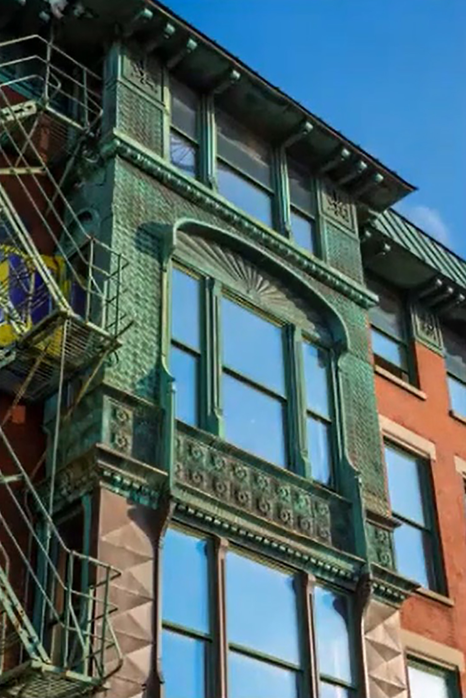 Bay Window of Former Schlitz Brewery-Tied House at 1393 W Lake Street. Image by CCL